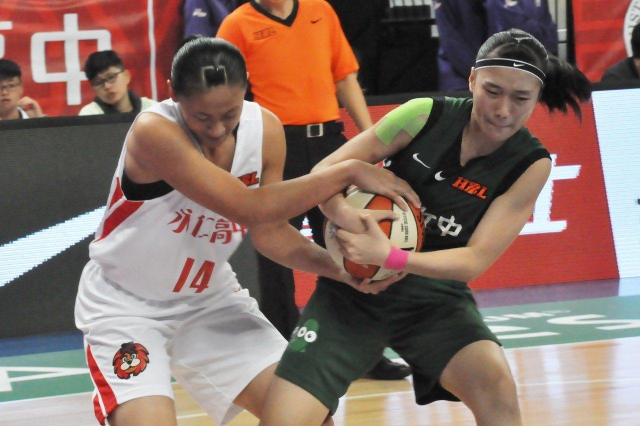 鄭慧慈(左)和宋淑萍爭球。記者曾思儒/攝影