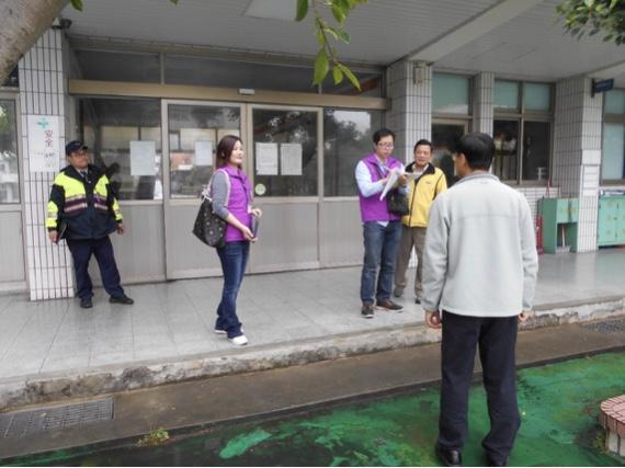 醒吾中學遭查封,官員在現場與校方代表告知情況。記者巫鴻瑋/翻攝