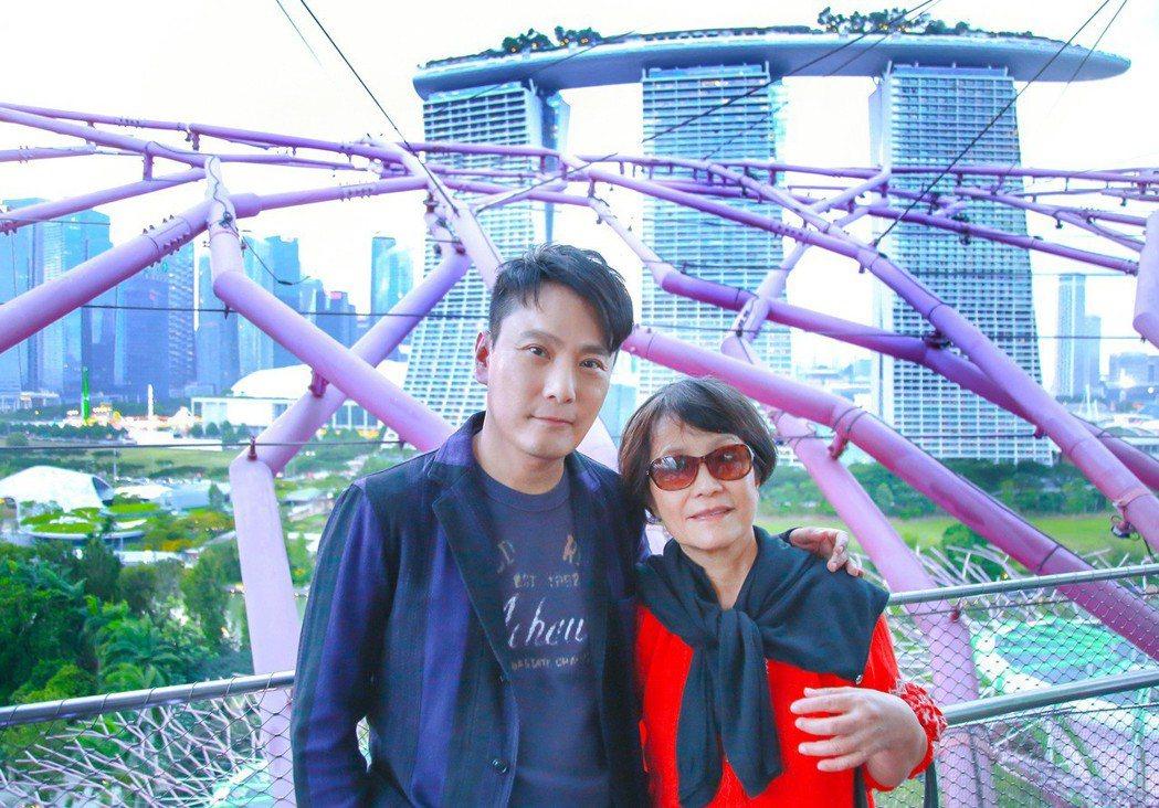 張信哲過年帶爸媽到新加坡來場孝親之旅,他開心摟著媽媽合照。圖/潮水音樂提供