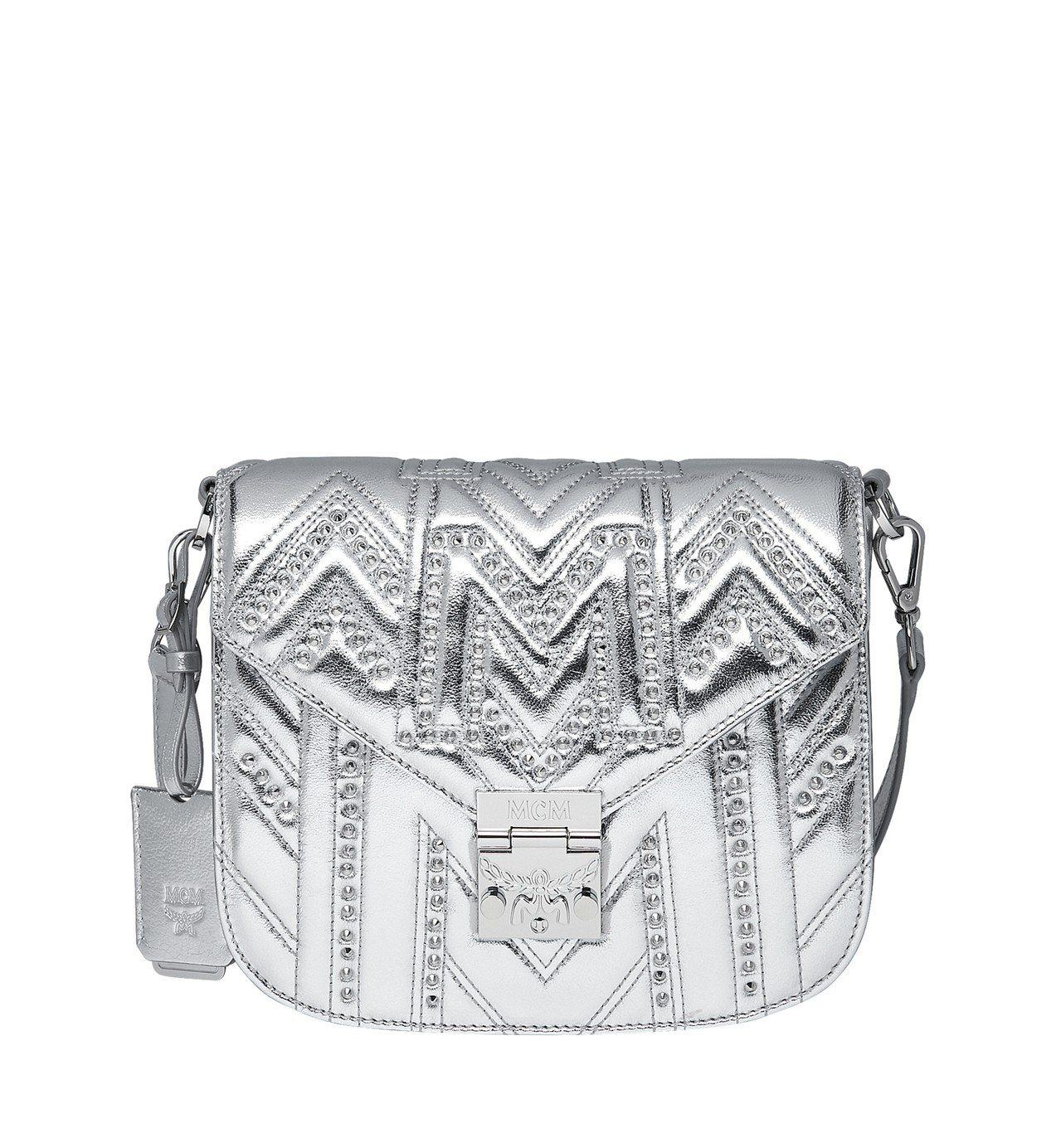 許路兒選用的MCM Patricia M字鉚釘銀色肩背包,售價58,000元。圖...