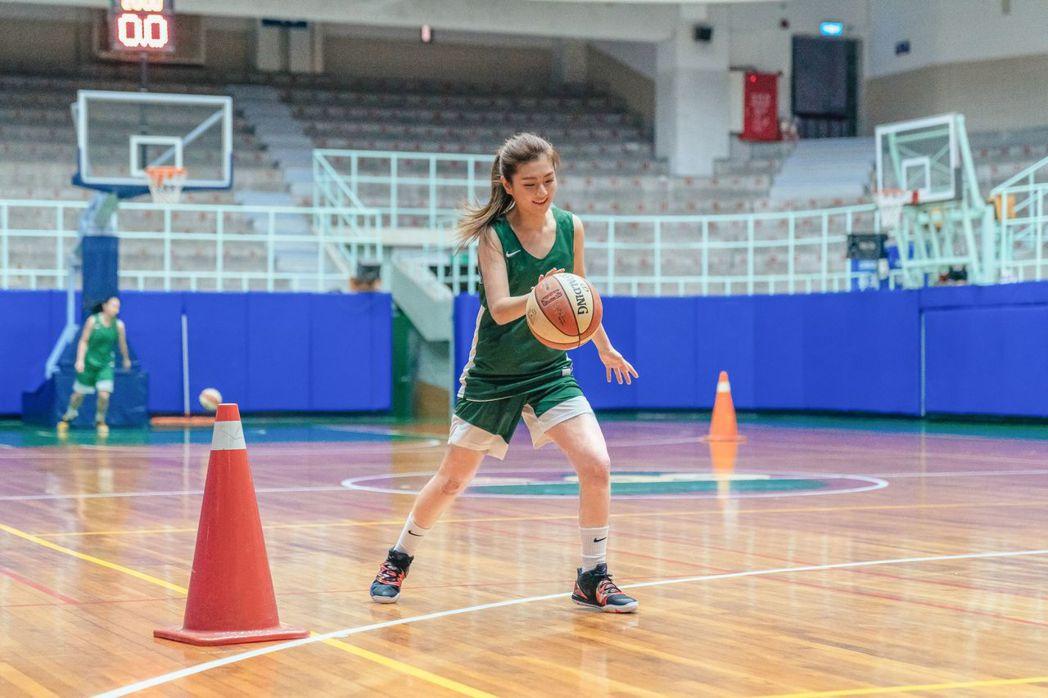 Selina回到北一女母校和學妹一起練習籃球。圖/任真美好提供