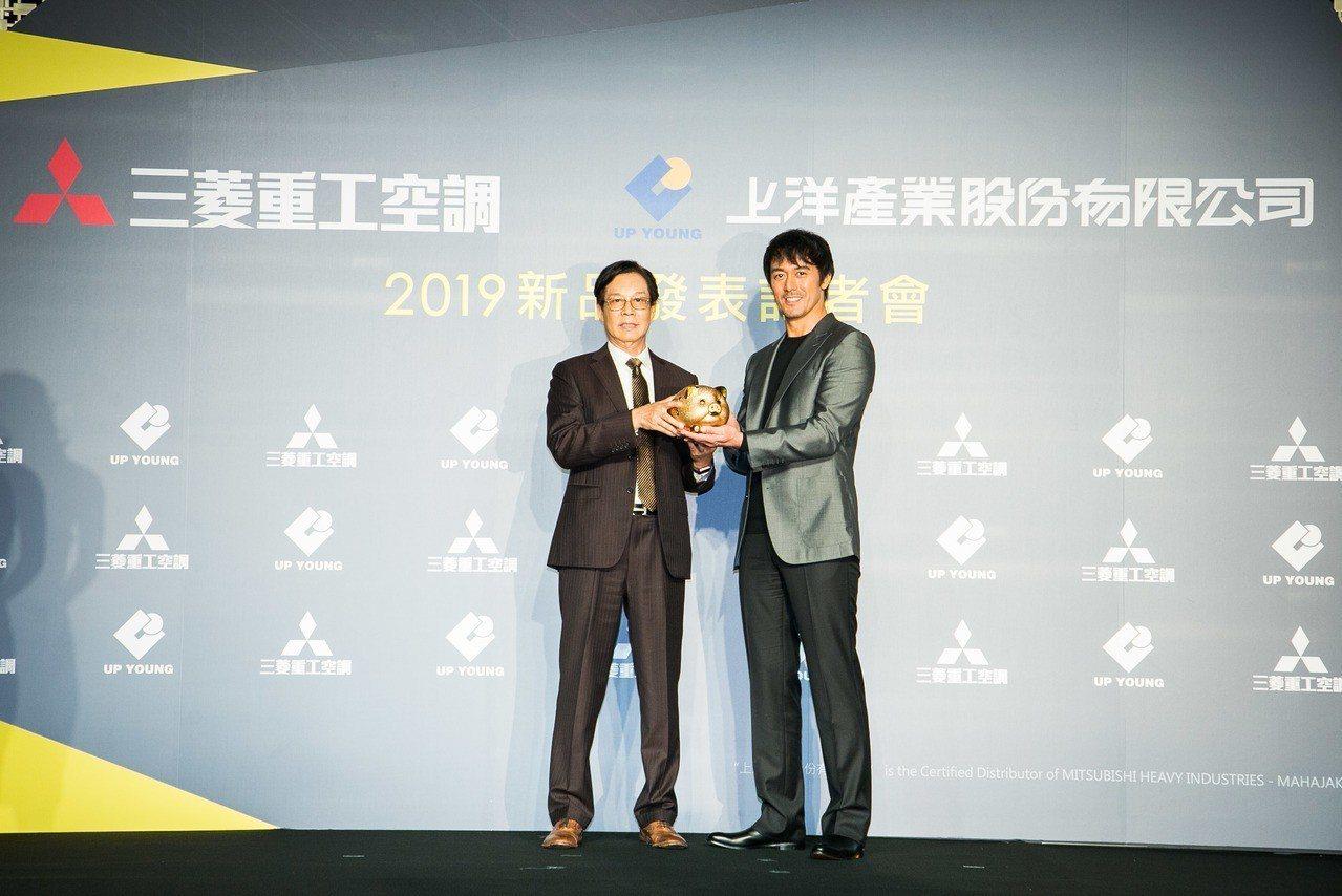 上洋董事長吳明富(圖左)送上金豬給阿部寬,祝福他新的一年工作順利、「豬」事圓滿。...