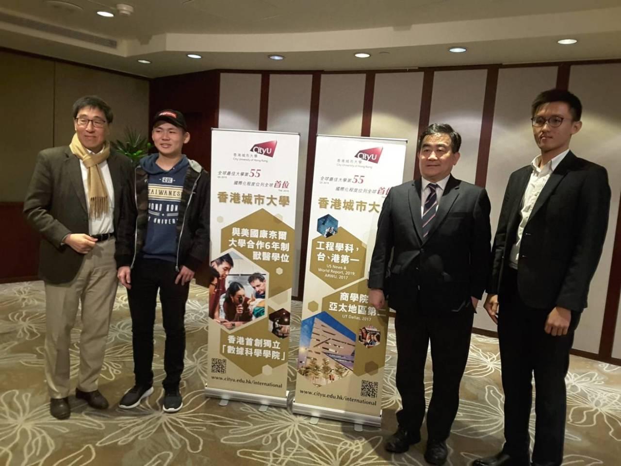 大學學測成績25日將公布,香港城市大學再度來台招生。圖左一為香港城大校長郭位。記...