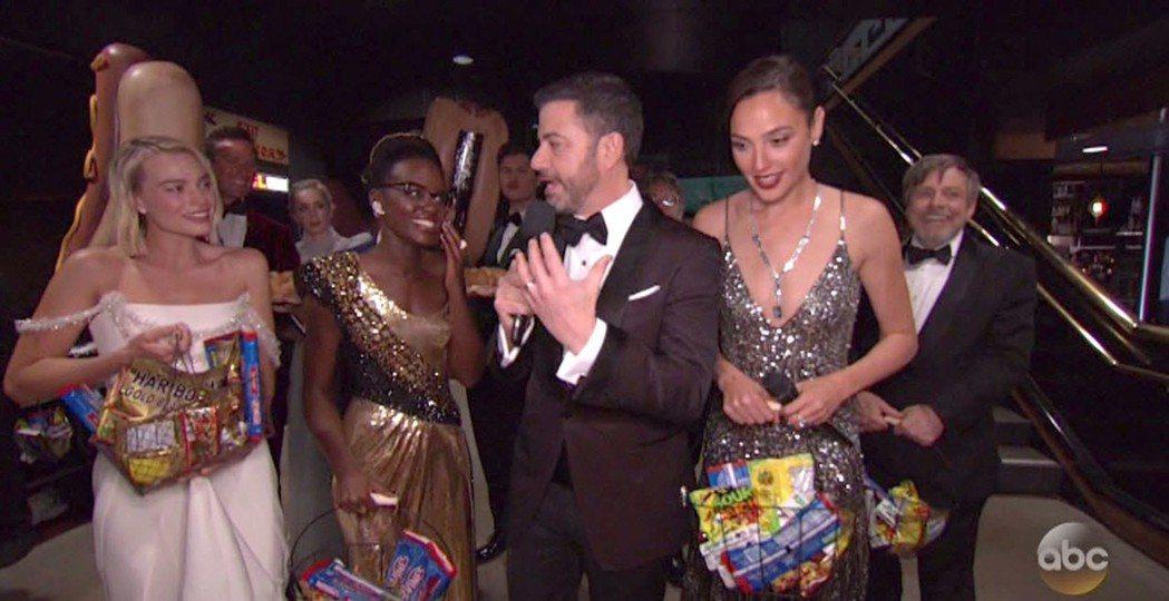 小丑女、黑豹女友、神力女超人陪著奧斯卡主持人前進戲院,對一般觀眾發甜點的畫面,今...