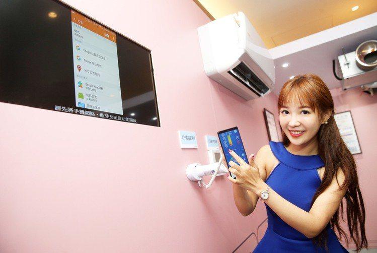 新品搭載雲端智慧控制功能,用手機就能監控空調狀態。記者胡經周/攝影
