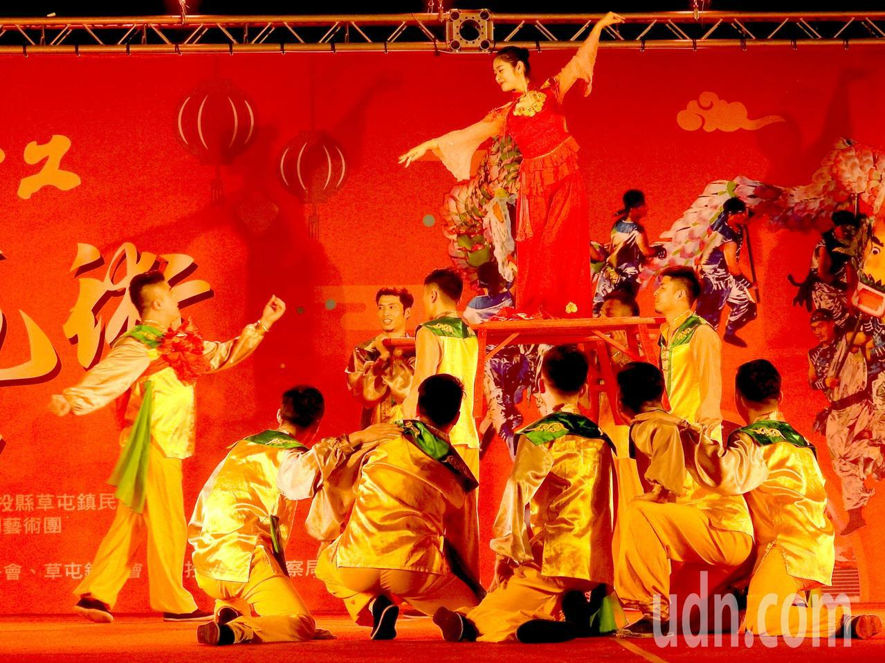 詩畫浙江燈彩藝術表演涵蓋多元,除百葉龍、九獅圖,還有「群舞」岕里婚慶等演出。記者...