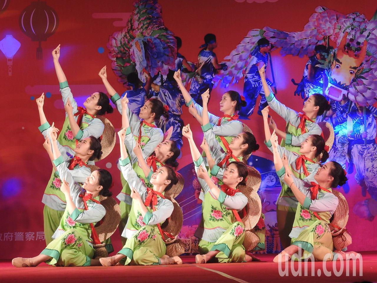 詩畫浙江燈彩藝術表演涵蓋多元,除長興百葉龍、永康九獅圖,還有「群舞」採茶舞等演出...
