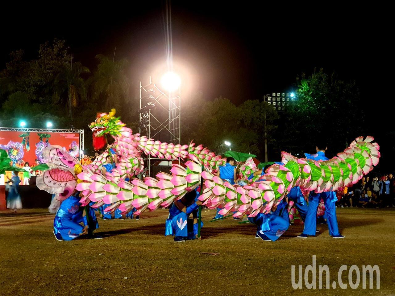 長興百葉龍以舞蹈展現巨龍在荷塘中誕生,柔中帶剛,被喻為中國最美麗神奇的舞龍。記者...