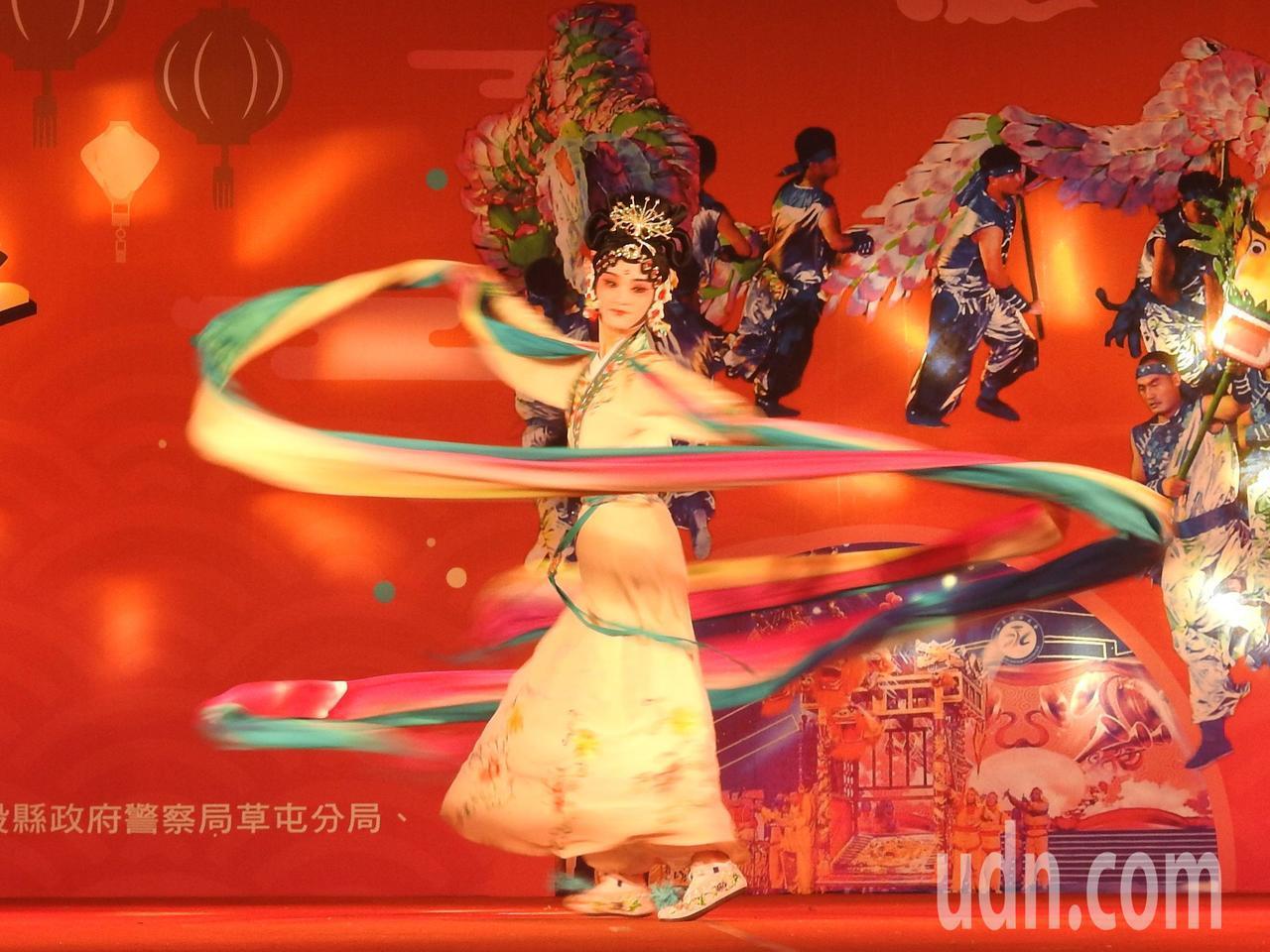 詩畫浙江燈彩藝術表演涵蓋多元,除百葉龍、九獅圖,還有「水袖舞」天女散花等演出。記...