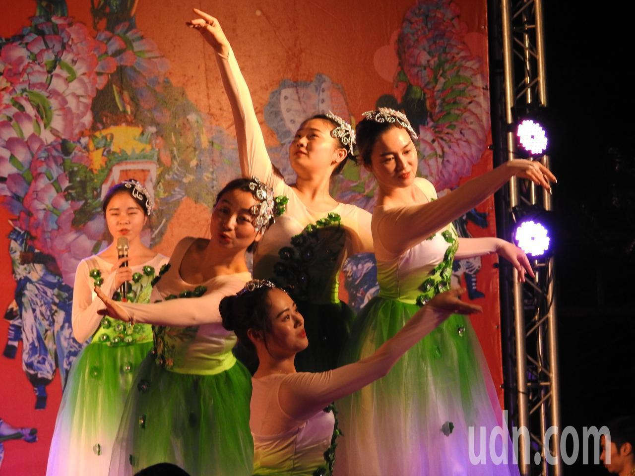 詩畫浙江燈彩藝術表演涵蓋多元,除百葉龍、九獅圖,還有「歌曲」橄欖樹等演出。記者賴...