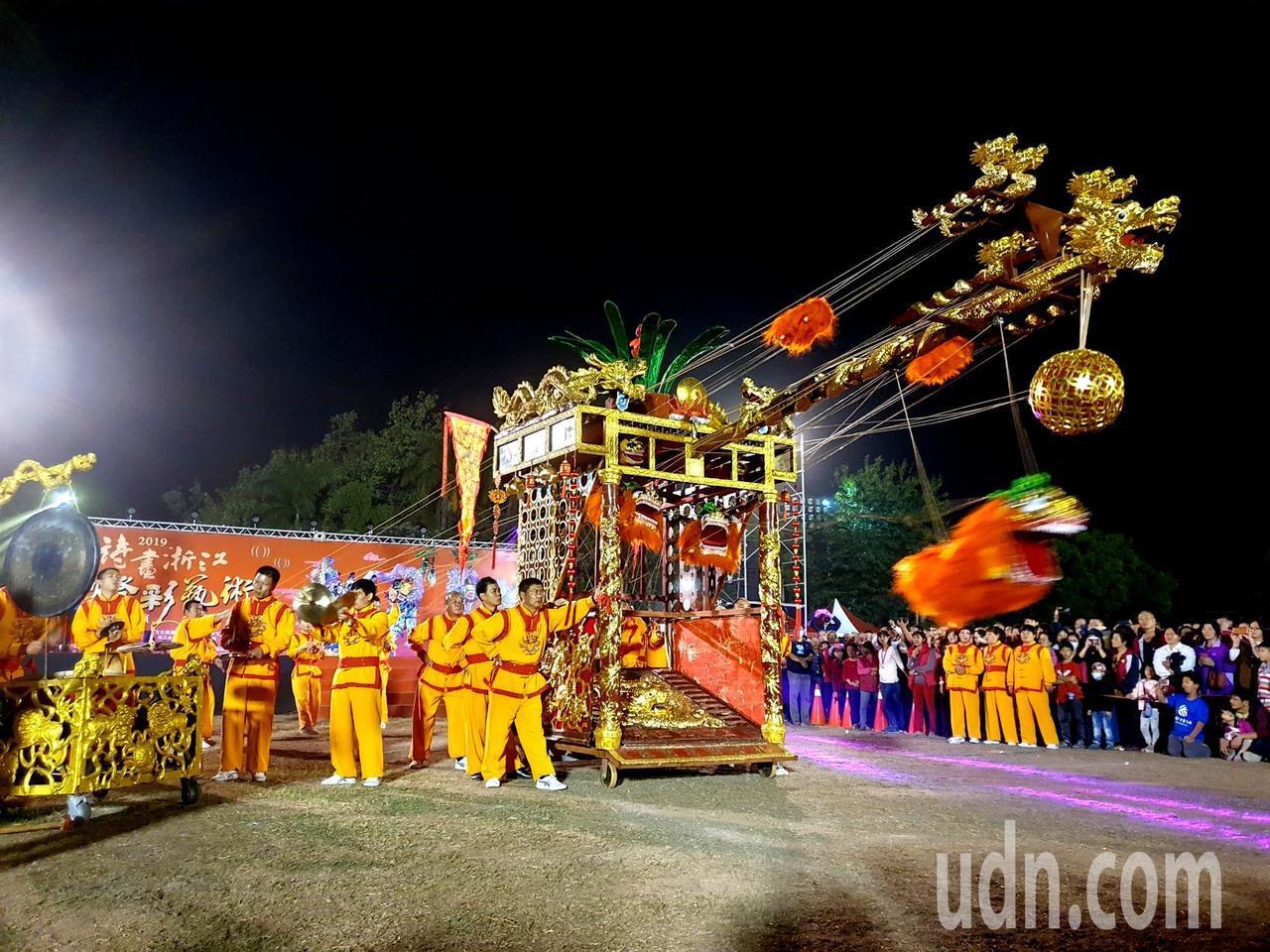 永康九獅圖有9隻獅子藏身於高約4米、長約6.5米的獅籠中,由拉線人配合鑼鼓聲操繩...