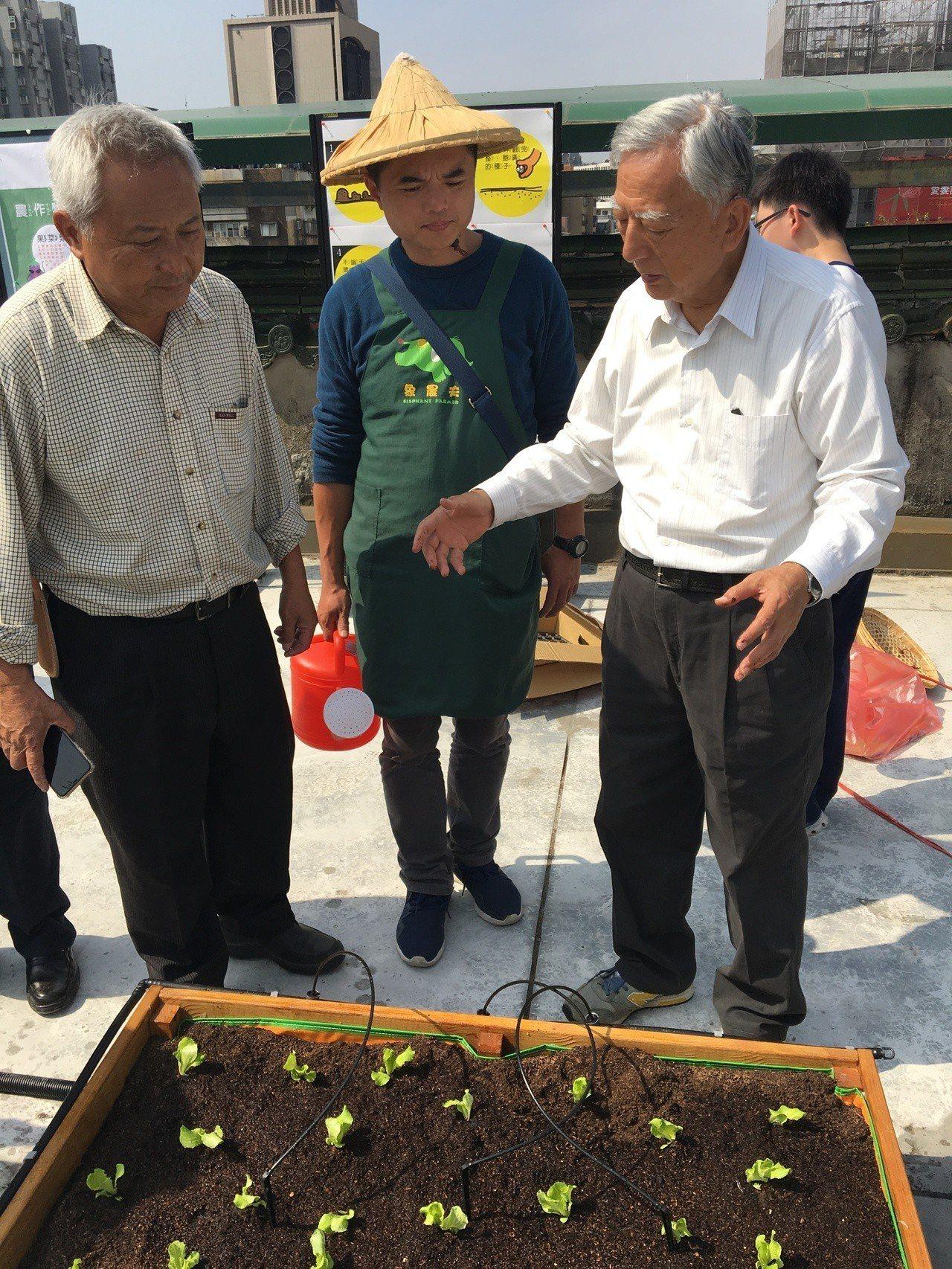 長期深耕食農教育的「象農夫」團隊今天攜手台北市介壽國中、景美女中、健康國小,共同...