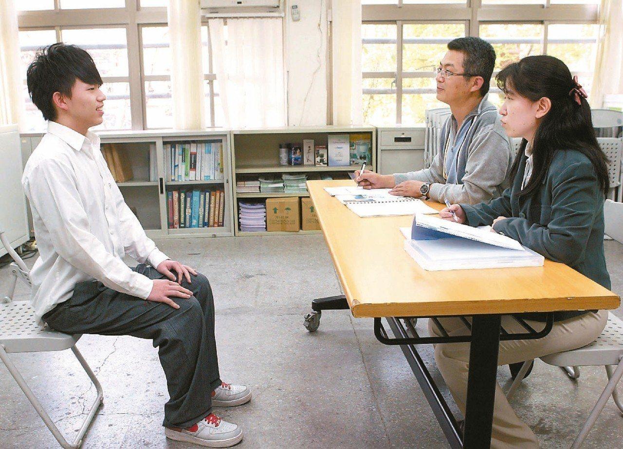 學者李家同認為大學透過甄試、採計學習歷程檔案,對弱勢生更不利。本報資料照