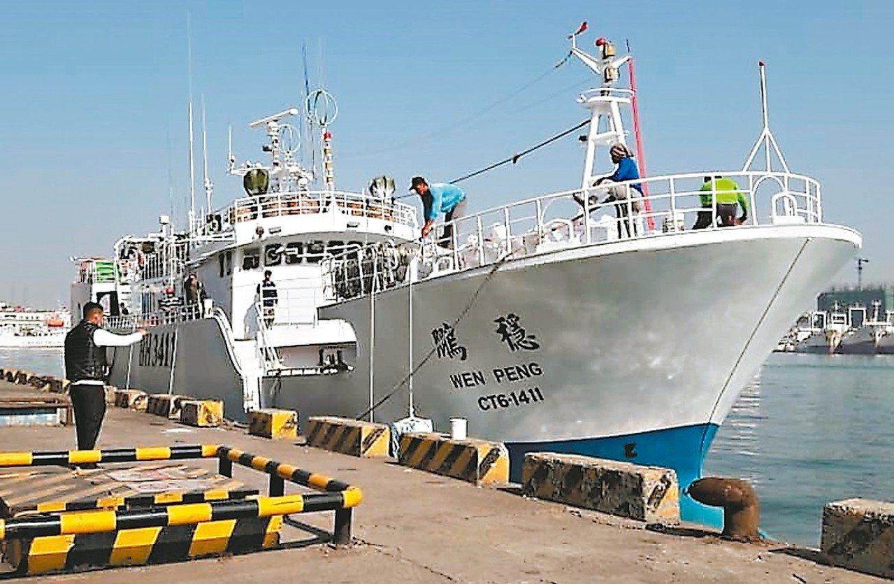 台灣遠洋鮪釣漁船「穩鵬號」,昨天凌晨發生外籍漁工喋血案。 記者潘欣中/翻攝