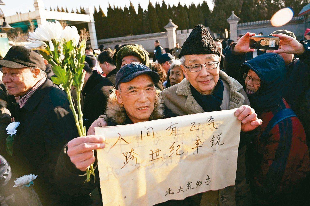 毛澤東前秘書、中共自由派代表人物李銳的告別式,昨在北京舉行,許多民眾自發前往悼念...