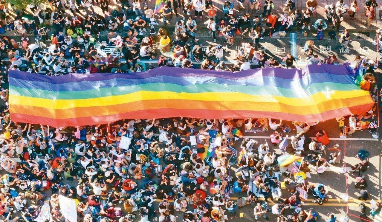 行政院版《司法院釋字第七四八號解釋施行法》草案出爐,明訂同性伴侶將可準用《民法》...