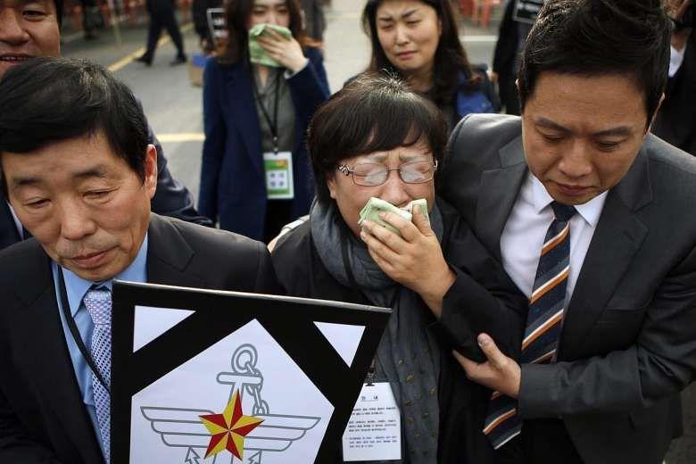 南韓軍中霸凌與虐待事件層出不窮,圖為2014年虐兵致死案受害者的家屬。(路透)