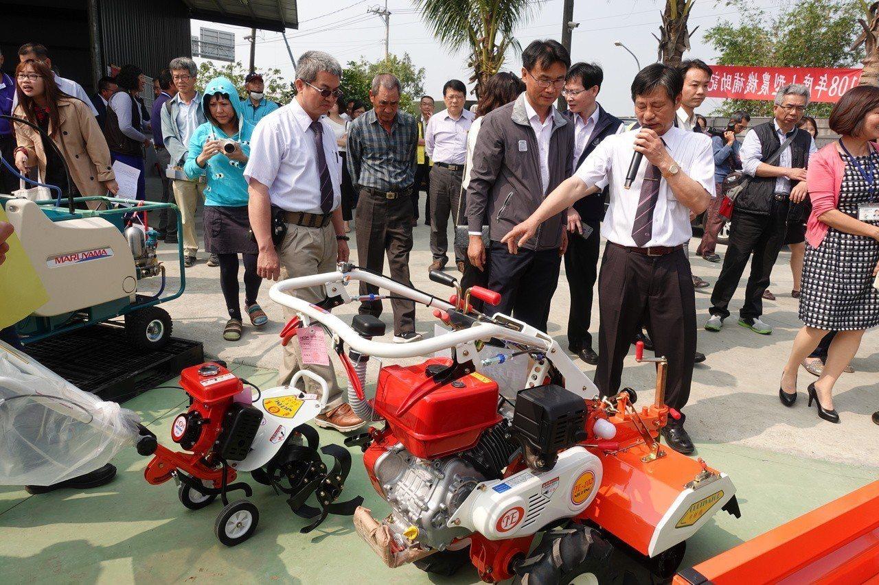 農委會主委陳吉仲到台南參觀各式小型農機。記者吳淑玲/攝影