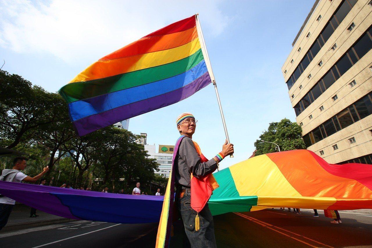 行政院「司法院釋字第748號解釋施行法」草案出爐,爭取同婚權益的同志運動代表人之...