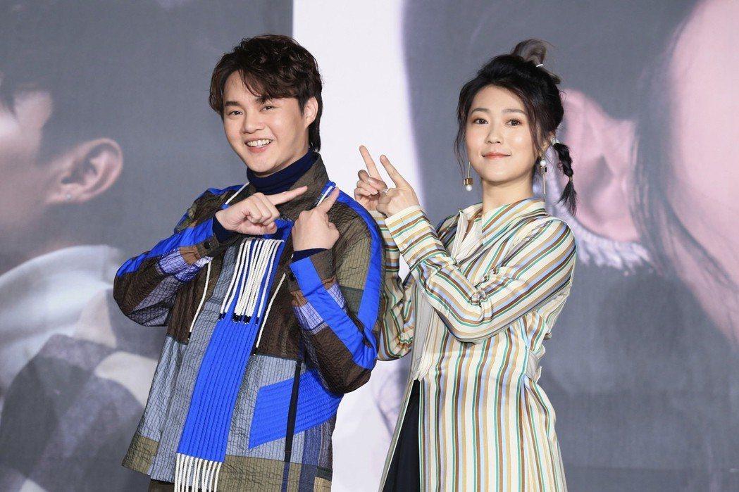 台語兩大新生代人氣歌手許富凱(左)、曹雅雯(右)下午舉行記者會,公布將於四月舉辦...