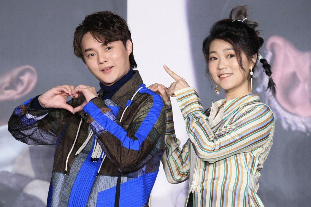 台語兩大新生代人氣歌手許富凱(左)、曹雅雯(右)舉行記者會,公布將於四月舉辦個人...