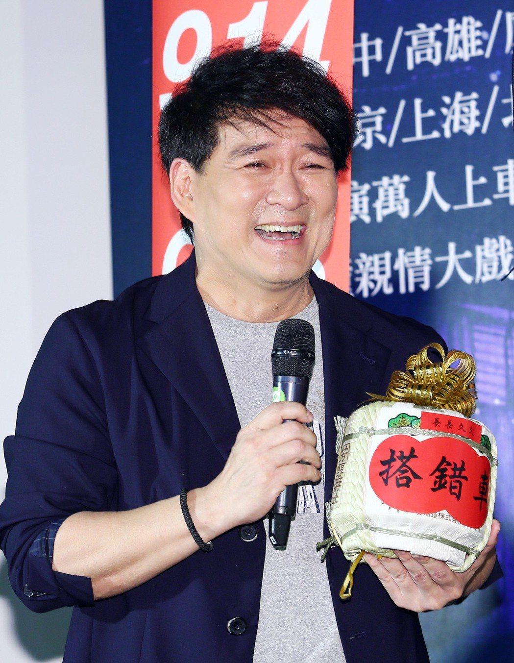 音樂劇《搭錯車》在台北舉行慶功記者會,歌手周華健到場祝賀送酒,希望主辦單位可憐他...