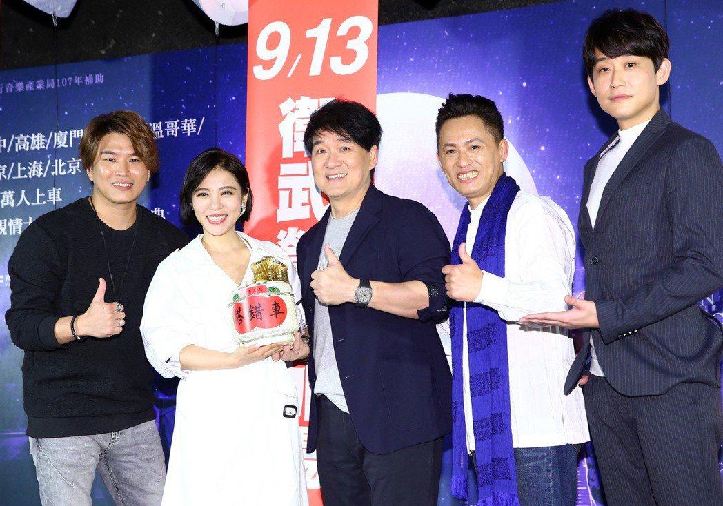 音樂劇《搭錯車》在台北舉行慶功記者會宣布再加場,劇中演員蕭景鴻(左起)、丁噹、王...