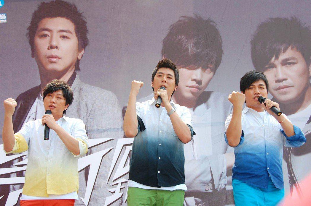 「景行廳男孩 JXT BOY」2009年在台北車站前舉行簽唱會。圖/聯合報系資料...