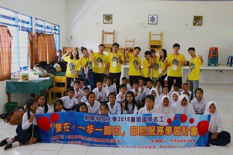 朝陽科大國際志工赴印尼加里曼丹服務,千人海外學習體驗成果豐碩。 朝陽科大/提供