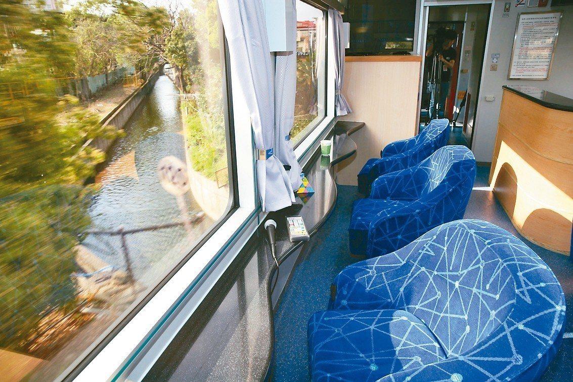 台鐵改裝後的觀光列車,客廳車內有環繞影音播放音響,乘客可在車上歡唱卡拉OK。 記...