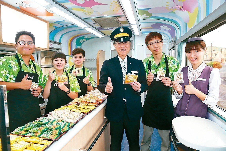 台鐵觀光列車上提供零食等服務,局長張政源(右三)充當列車長解說。 記者曾吉松/攝...