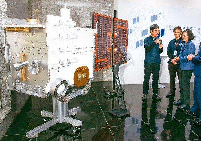 蔡英文總統(右起)上午在太空中心主任林俊良與科技部長陳良基等陪同下赴新竹參觀太空...