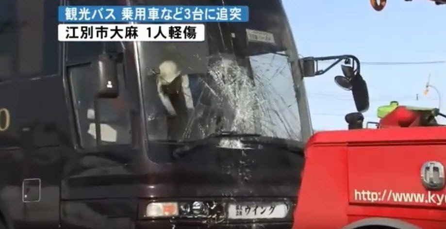 日本北海道今天上午發生一起觀光巴士車禍事故。 圖/擷自Youtube