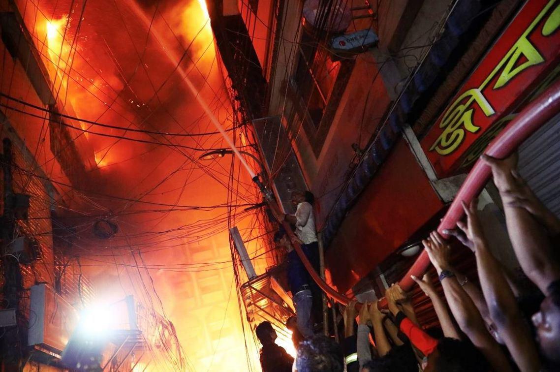 孟加拉達卡古城區大火,已知至少70人死亡。 圖/路透社