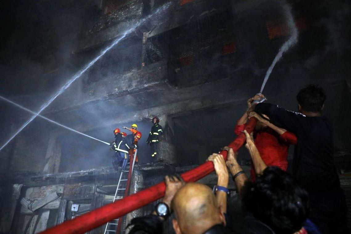 儘管消防隊員徹夜搶救,但直到21日清晨8點,喬克巴剎的惡火都還在悶燒當中。 圖/...