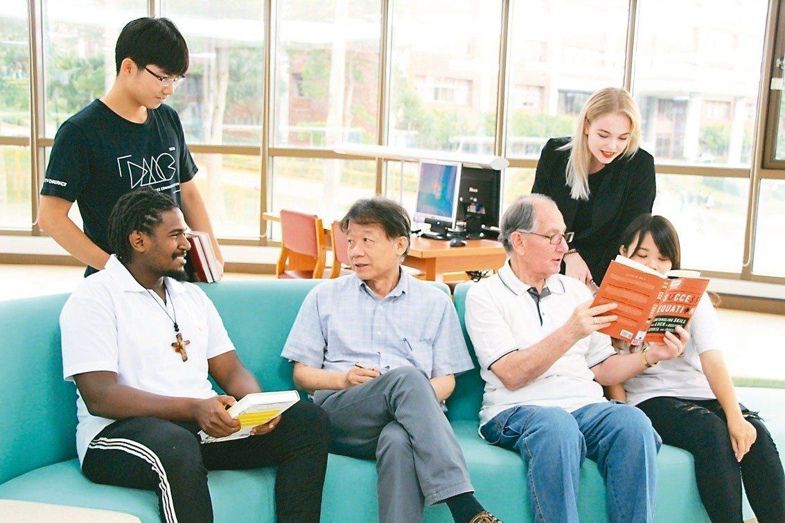 義守大學國際學院採全英語教學,吸引海外50國、近2000名境外生前來就讀。圖/義...