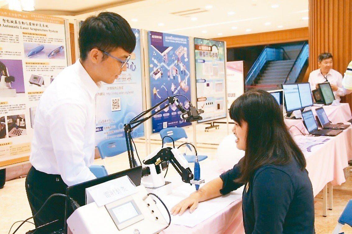 義大醫學院各系所在智慧醫療的研發成果亮麗,2018年在台灣創新技術博覽會抱回7大...