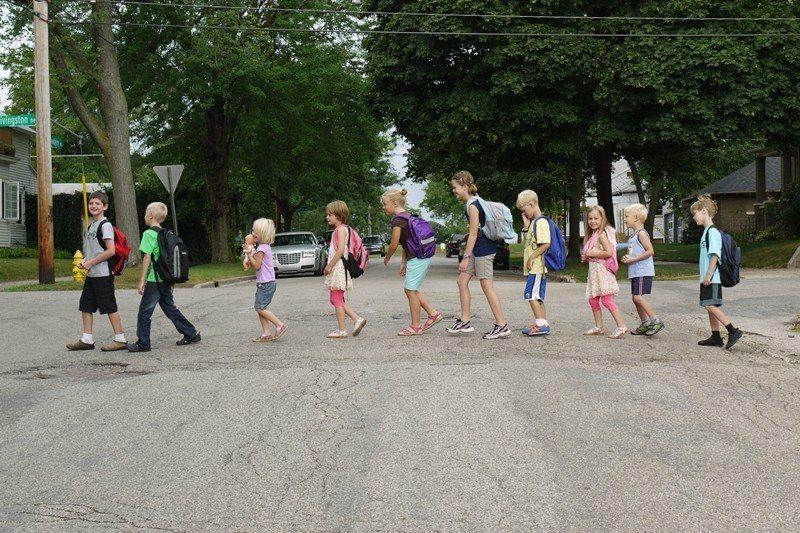 圖為美國密西根州的Newberry Place合作住宅,住戶們的小孩一齊步行到學...
