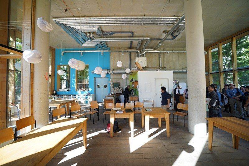 德國柏林的合作住宅River Spreefeld的一樓商業空間,可供居民開會或是...