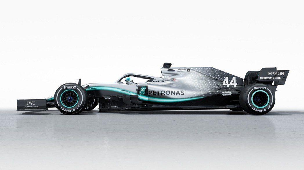 W10側箱的空氣力學也做了些許調整。 摘自Mercedes