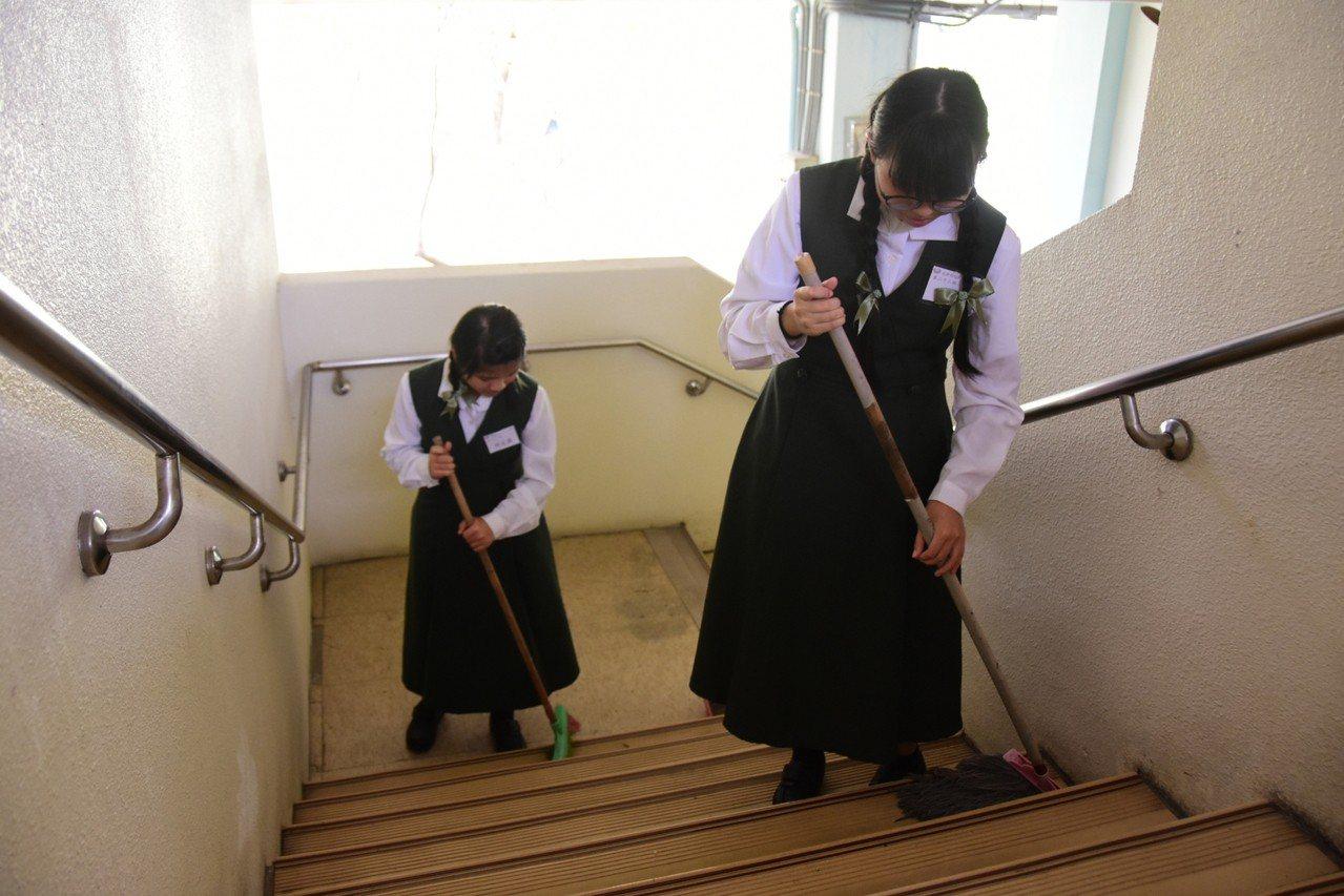 慈濟科技大學學生打掃榮民之家。圖/慈濟科大提供