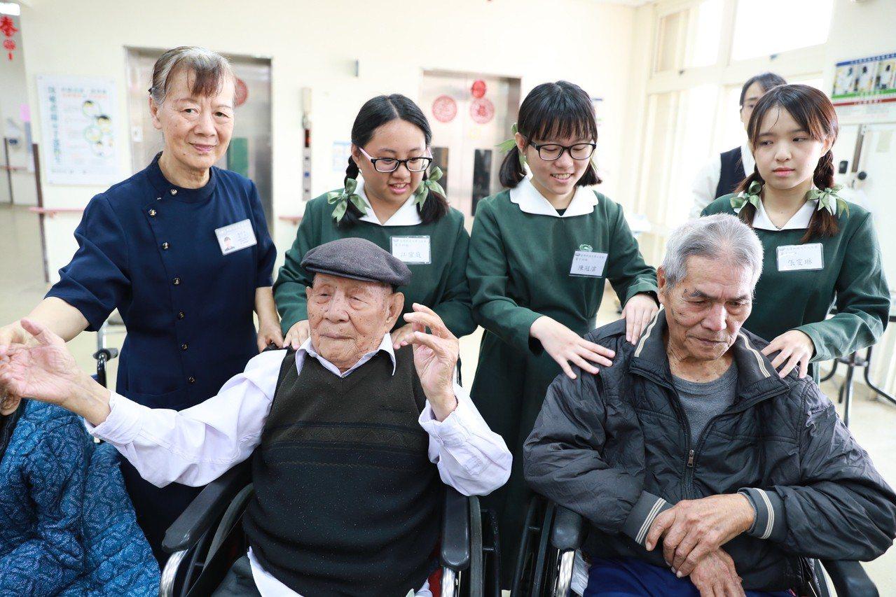 學生在慈濟志工的引導下與榮民爺爺互動。圖/慈濟科大提供