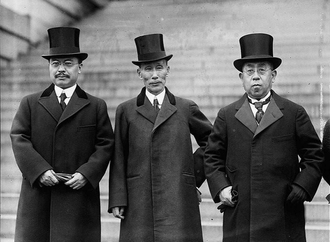 1921年華盛頓會議的德川家達(右),左為幣原喜重郎、中間則是加藤友三郎。 圖/...