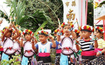 卑南族南王部落耆老以傳統儀式祈求祖靈庇祐,幼兒園學生表演竹節舞、慶賀歌的歡樂聲。...