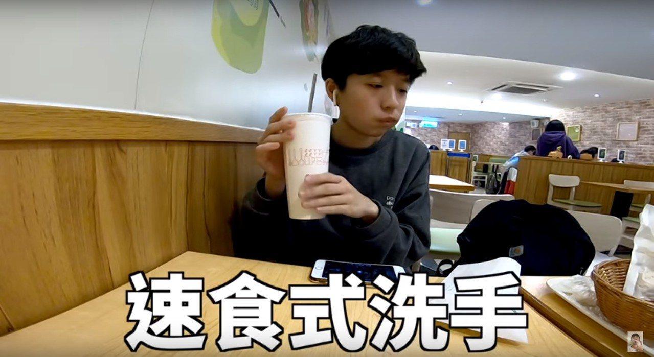 不少人在吃速食的時候會摩擦飲料杯緣藉此去掉手指沾到的油漬,某位youtuber的...