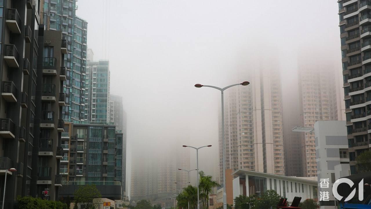當中位於海旁的私人樓盤,將軍澳唐俊街28號「海天晉」,大廈的中層單位已被大霧籠罩...