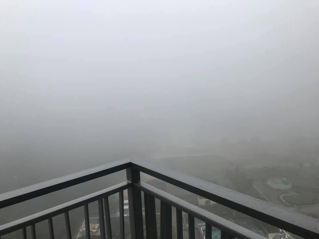 今早(21日)本港天色陰暗,將軍澳區更被大霧籠罩。(網民Lo Ck上載至fb群組...