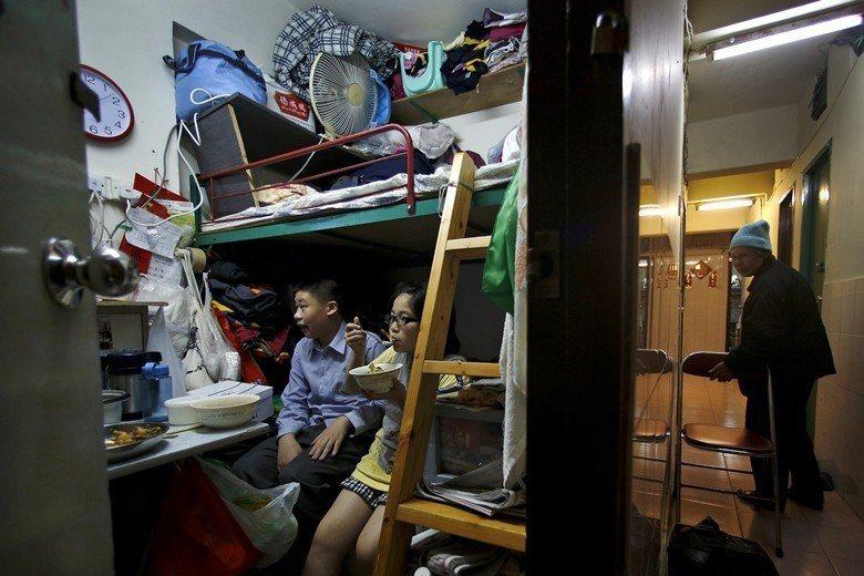 香港房價居高不下,許多家庭擠在擁擠狹小的公寓,生活品質不佳。 圖/美聯社