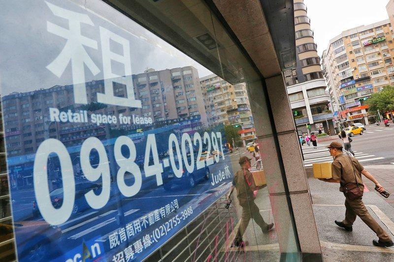 台北東區黃金路段名店熄燈,引發政府和人民反思近幾年東區店面的出走潮和空置問題。 圖/聯合報系資料照