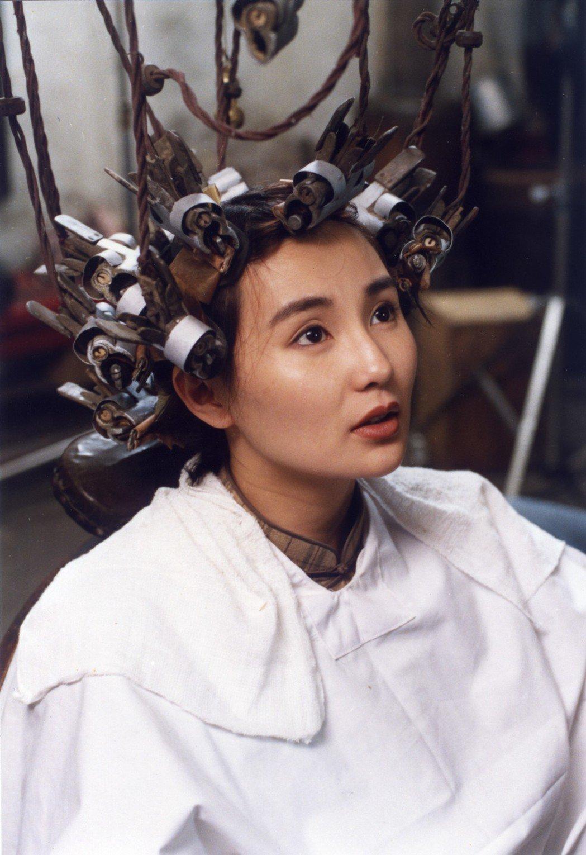 片中張曼玉因為燙壞頭髮而拿電熨斗燙平,逗趣橋段源自三毛真人實事。圖/甲上娛樂提供